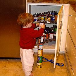 Bambino autistico che crea una pila di barattoli